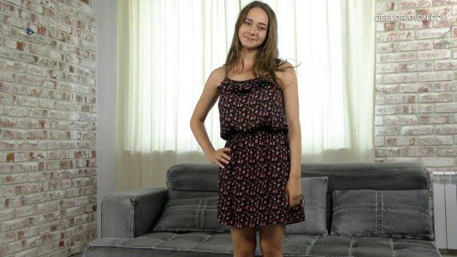 Девка с натуральными сиськами мастурбирует писечку секс игрушкой и кончает на диване prew 1