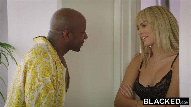 Блондинка дает негру и стонет от удовольствия от его большого члена prew 2