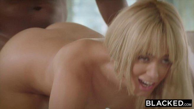 Блондинка дает негру и стонет от удовольствия от его большого члена prew 8