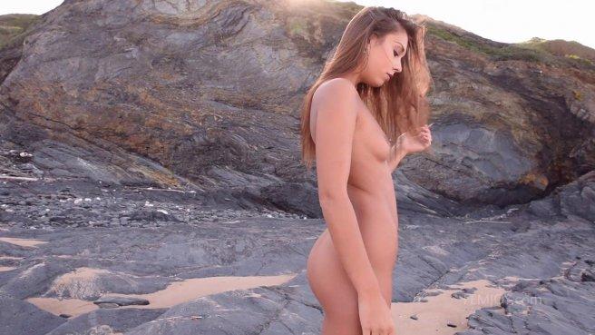 Голая цыпочка показала свою бритую аппетитную письку на пустом пляже prew 4