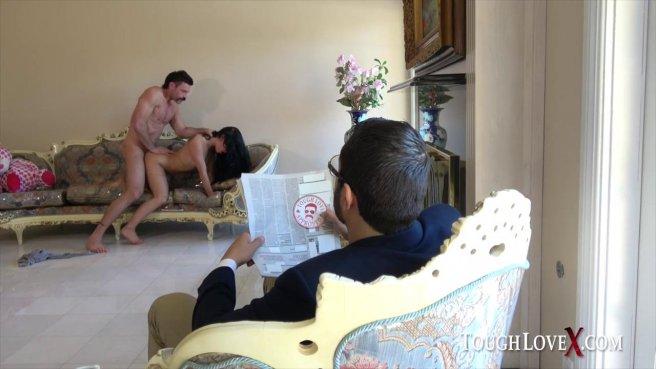 Усатый мужик трахает молодую телку с мохнатым лобком на диване prew 9