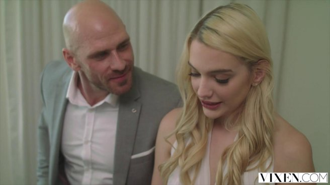 Блондинка соблазнила на секс лысого друга своего мужа prew 4