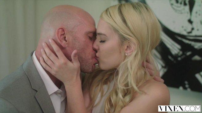 Блондинка соблазнила на секс лысого друга своего мужа prew 5