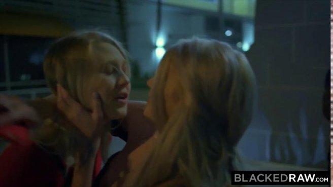 Две блондинки трахаются с неграми после вечеринки в групповом порно prew 2
