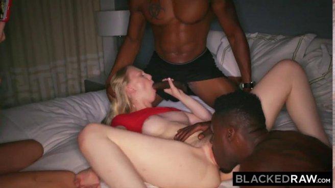 Две блондинки трахаются с неграми после вечеринки в групповом порно prew 5