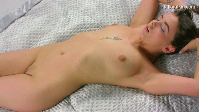 Молодая девушка самостоятельно доводит себя до оргазма лаская вагину пальцами prew 10