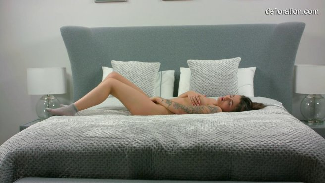 Молодая девушка самостоятельно доводит себя до оргазма лаская вагину пальцами prew 5