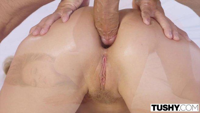 Мужик посадил сверху на свой член сексуальную соседку с розовой киской prew 8