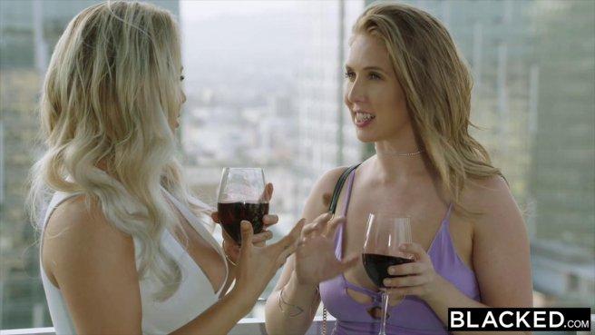 Две блондинки кайфуют от черных членов в групповом межрасовом сексе prew 1