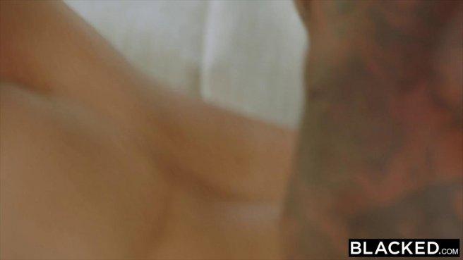 Две блондинки кайфуют от черных членов в групповом межрасовом сексе prew 8