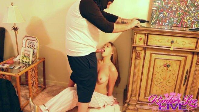 Девушка глубоко отсасывает грабителю и светит перед ним сочной вагиной prew 5
