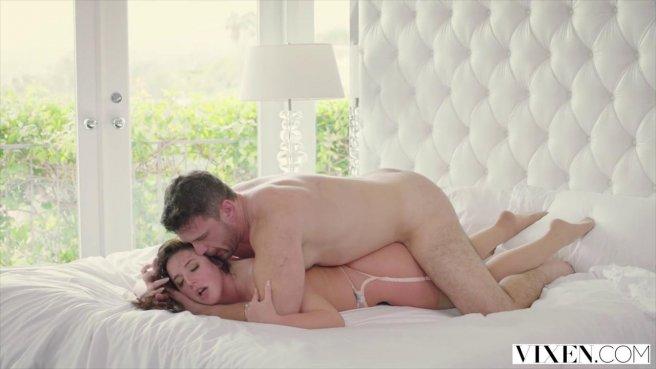 Муж балует жену куни и сажает ее на горячий член после работы prew 8