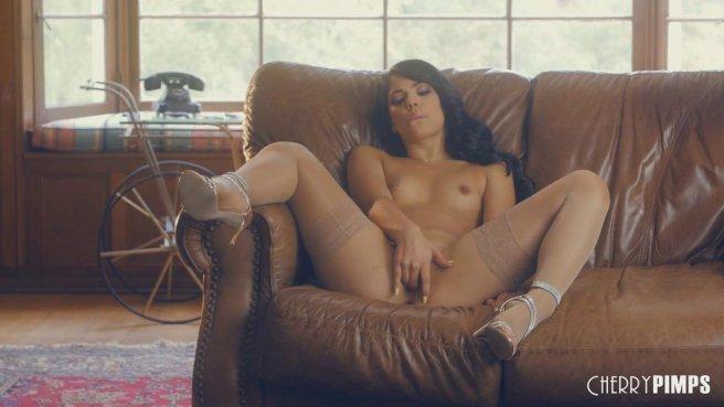 Молодая латинка мастурбирует пальцами на кожаном диване prew 9