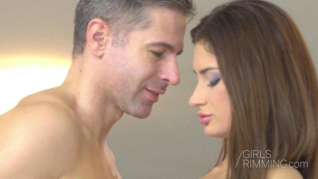 Девушка делает римминг своему мужику и трахается с ним в попку prew 2