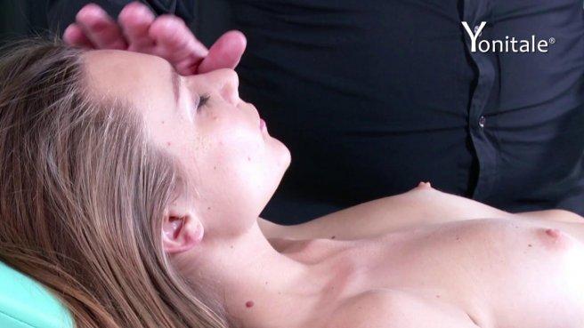 Девушка раздвинула ноги, чтобы мужик подрочил ее киску вибратором prew 9