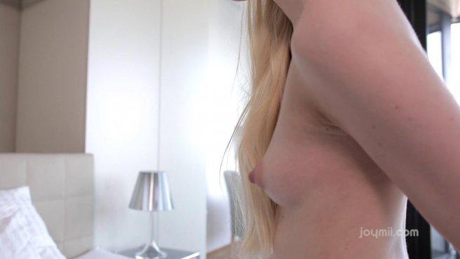 Блонда засунула большой резиновый член в красивую дырочку и достигла оргазма prew 7
