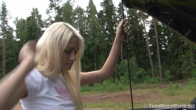 Пацан вывез подругу в лес и на покрывале под сосной оттрахал в писю prew 1