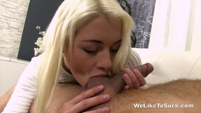 Блондинка снимает видео, как делает королевский минет с заглотом яиц prew 3