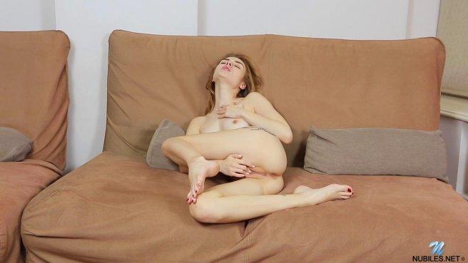 Девка с тату на ногах рачком сует пальчики в собственную вульву prew 6