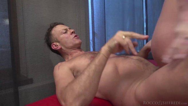 Мужик на красном кожаном диване горячо ебет в пизду модель с торчащими сиськами prew 7