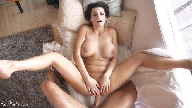 Милфа подрочила мягкими сиськами бритый хрен парня дочери до спермы prew 9
