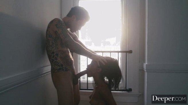 Девка встретила друга с татуированным телом голышом и сразу отсосала горлом хер prew 4