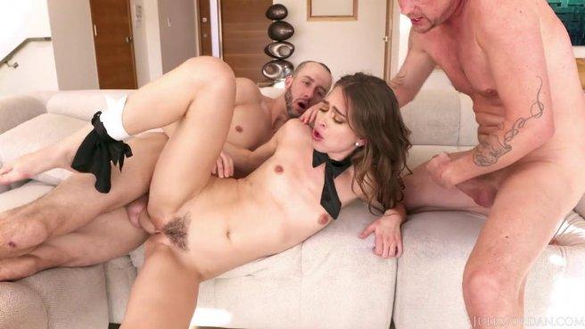 Два брата раскрывают мохнатое влагалище девушки напряженными хуями prew 5
