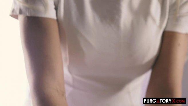 Стройная матюрка в белом платье расслабляет дырочками два бритых хуя prew 1