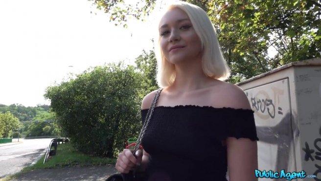 Пикапер получает в парке под деревом королевский минет от блондинки в джинсовой юбке prew 1