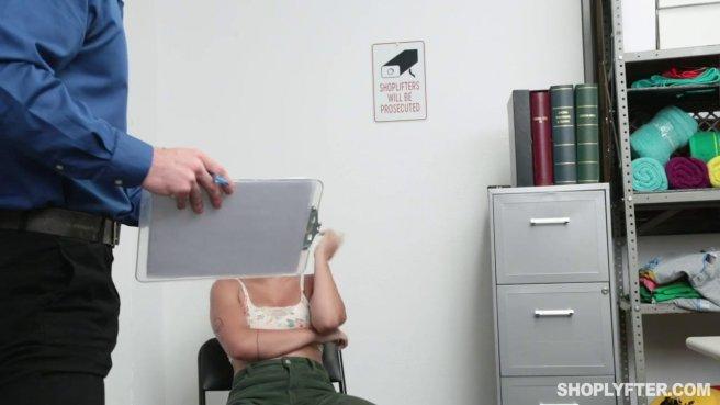 Охранник дерет в промежность покупательницу в рабочем кабинете prew 3