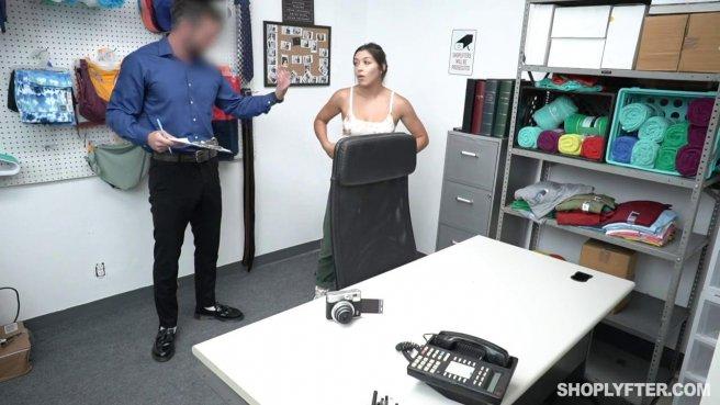 Охранник дерет в промежность покупательницу в рабочем кабинете prew 4