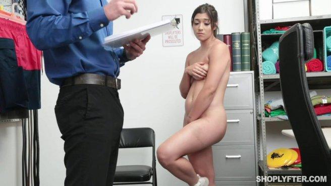 Охранник дерет в промежность покупательницу в рабочем кабинете prew 5