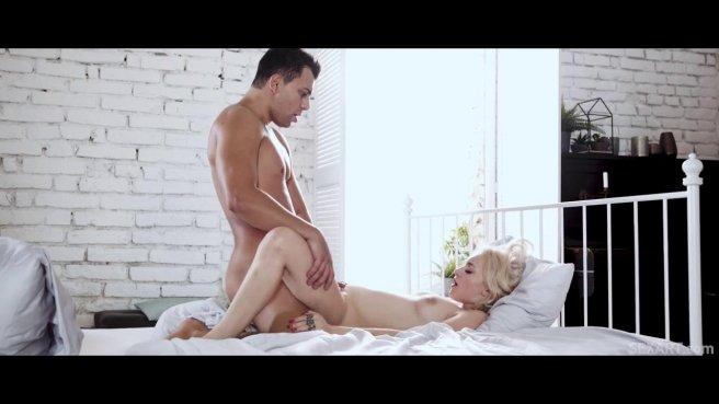 Мужик снимает серую рубашку и нежно имеет жену брата в розовое влагалище prew 7