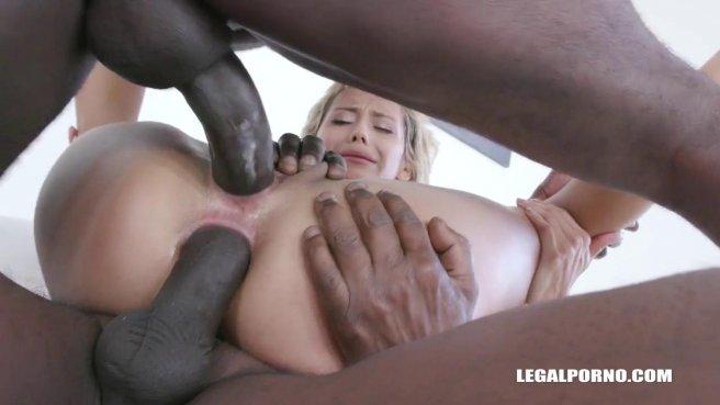 Черные ребята суют два члена в растянутое очко белой девки prew 5