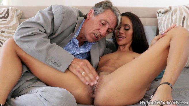 Старик растягивает задний проход латиноамериканской горничной в гостиной prew 2