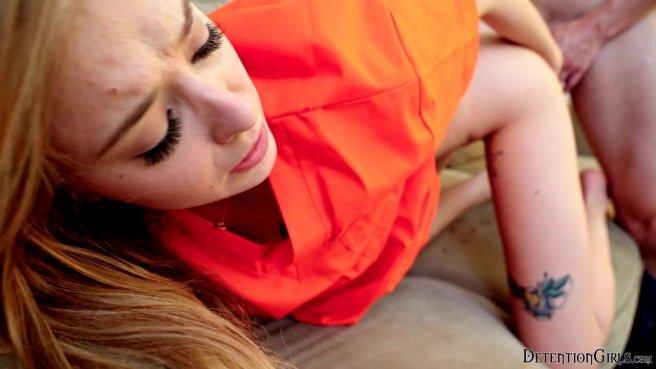Преступница в оранжевой униформе дома у надзирателя занимается сексом prew 10