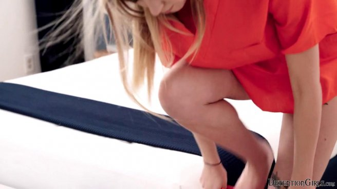 Преступница в оранжевой униформе дома у надзирателя занимается сексом prew 2