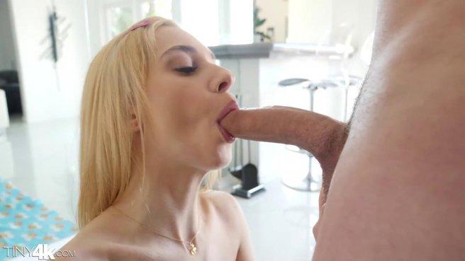 Блонда любит получать на завтрак теплую сперму соседа после ебли prew 3