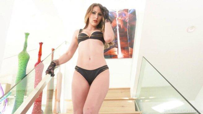 Милфа в черных перчатках встретила без трусиков начальника мужа дома prew 1