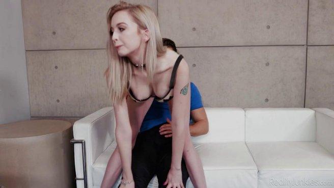 Девка в черном ошейнике на шпилях занимается жестким сексом с мужиком prew 2