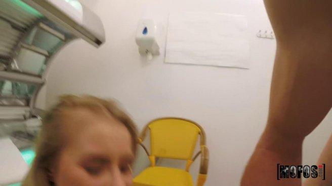 Красотка в солярии получила от незнакомца бритый елдак в писюлю prew 9