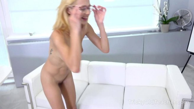 Девка в очках пригласила поебаться учителя и кончила на диванчике prew 10