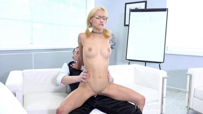 Девка в очках пригласила поебаться учителя и кончила на диванчике prew 4