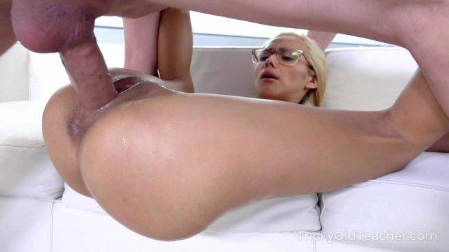 Девка в очках пригласила поебаться учителя и кончила на диванчике prew 7
