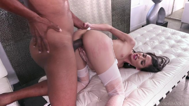Девушка полирует влагалищем черный хер коллеги мужа в белых чулках prew 6