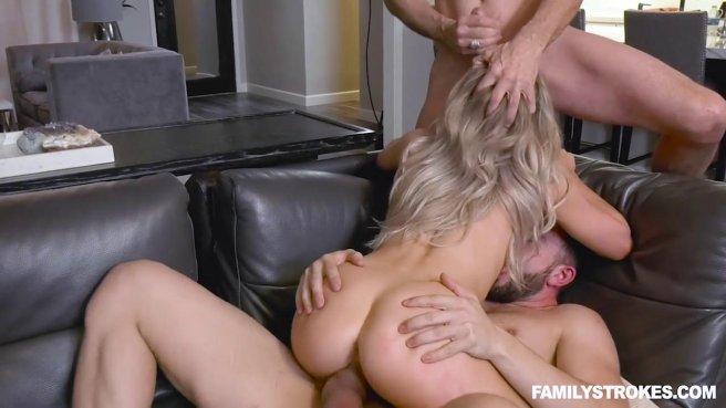 Папаша с сыном натягивают на два больших хуя аппетитную блондинку prew 8