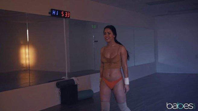 Тренер перед зеркалом делает балерине куни и садит писей на толстый хер prew 2