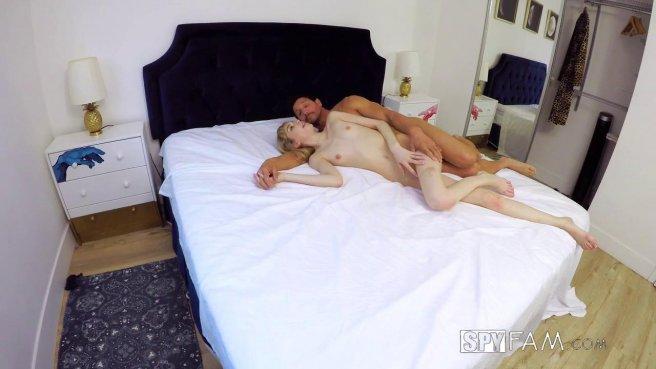 Красотка с пухлыми губками натирает то искусственной вагиной, то настоящей хер соседа prew 10