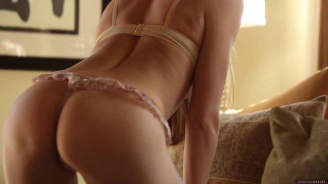 Соло мастурбация красотки с натуральными сиськами на мягком диване prew 4