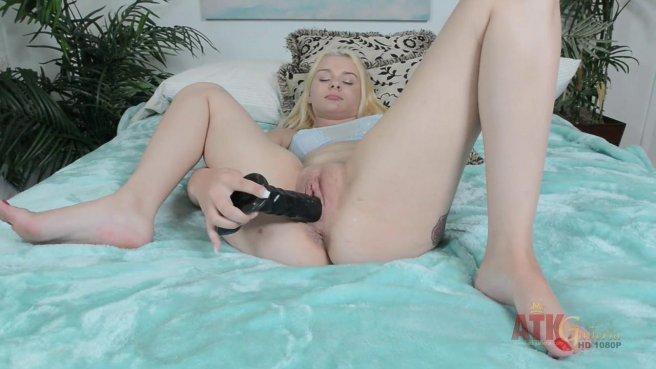 Блондинка сосет резиновый член и трахает киску большой секс игрушкой prew 4